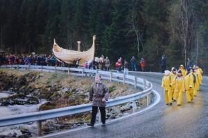 """Sjøsetting av """"Olav Tryggvason"""" på Bjørkedalen i Volda i 1997. (Foto: Jakob Helset)"""